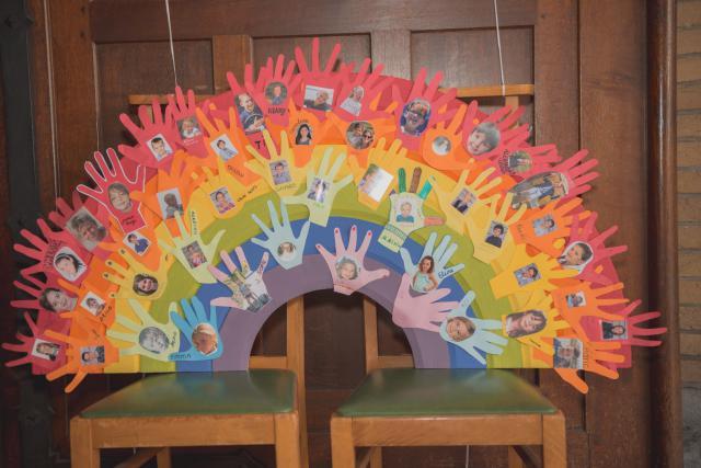 voor het altaar een bord met alle handjes! © Wim Duysburgh & Sandra Jansen