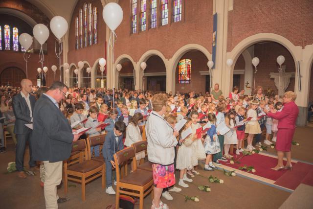 de kinderen en hun begeleiders; de kinderen zongen uit volle borst mee © Wim Duysburgh & Sandra Jansen