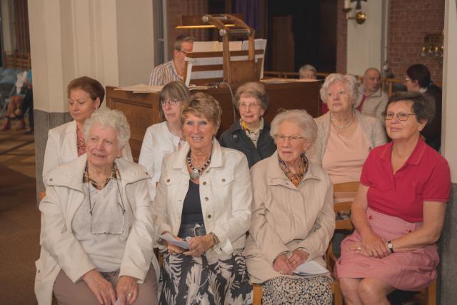 leden van het parochiale zangkoor ondersteunden de liederen, op de achtergrond orgelist Theo Van Hoof © Wim Duysburgh & Sandra Jansen