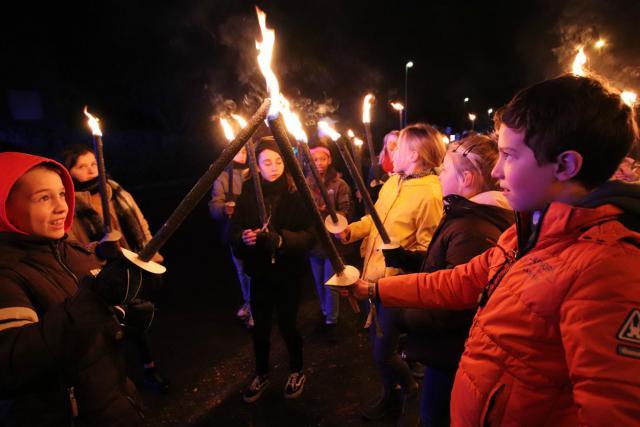 Vrijdagavond namen meer dan 1000 Limburgse jongeren tussen 12 en 18 jaar deel aan een fakkeltocht doorheen Boxbergheide.   © Jente Vandewijer