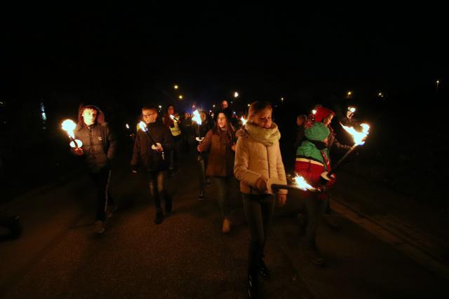 https://www.hbvl.be/cnt/dmf20191129_04744065/waarom-duizend-limburgse-jongeren-met-fakkels-door-genk-lopen © Jente Vandewijer
