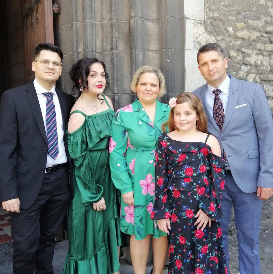 Katarína (midden) en Tibor (rechts) met hun kinderen. Fiere Gentse Roma, superblij om paus Franciscus te verwelkomen in hun geboortestad Kosice en meer bepaald Lunik 9.