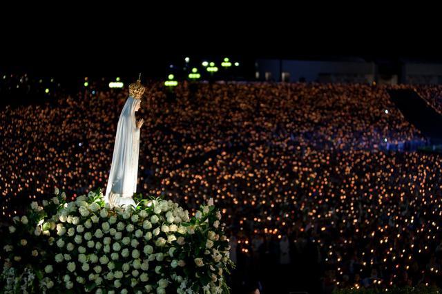 Gelovigen met paus Franciscus bij het genadebeeld van Onze-Lieve-Vrouw van Fatima © EWTN