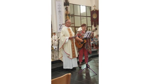 E.H. Paul Verschelden zingt het Braziliaans Franciscuslied. © kerk in Sint-Gillis-Waas en Stekene