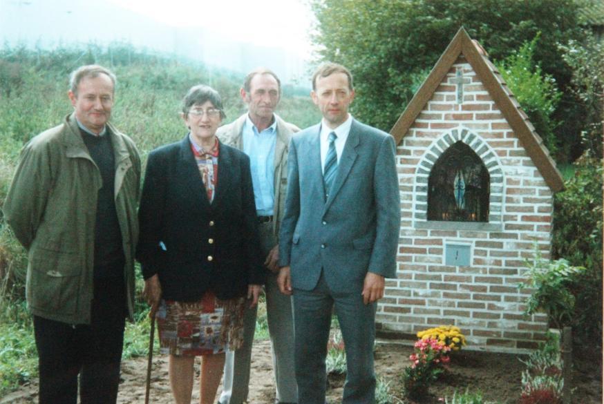 Kapel in de Nokerstraat te Desteldonk bij de inzegening op 3 oktober 1999. V.l.n.r. Michel De Rycke, Alma Schatteman, Willy Polfliet, Georges Reynvoet  © LG Desteldonk
