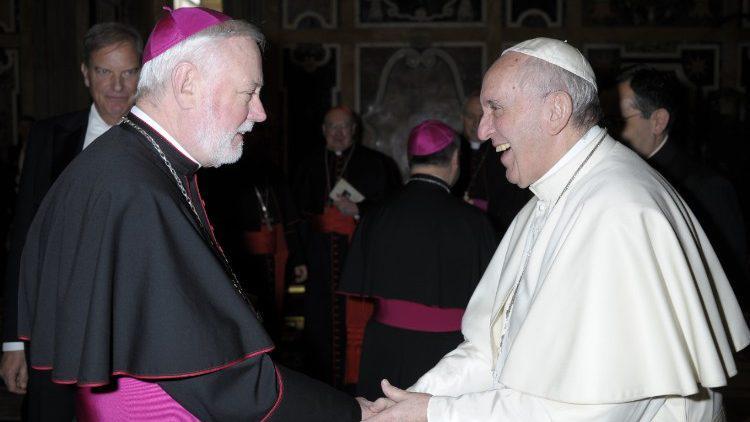 Mgr. Paul Richard Gallagher met paus Franciscus © Vatican Media