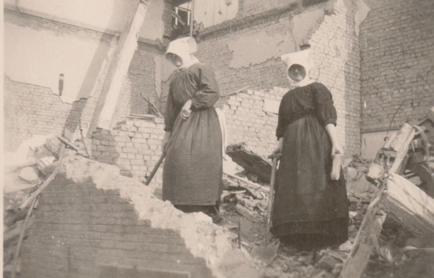Gasthuiszusters van Lier op de puinhopen van hun Sint-Jozefskliniek in Mortsel na de inslag van een V-bom in 1945  © Kadoc-KU Leuven