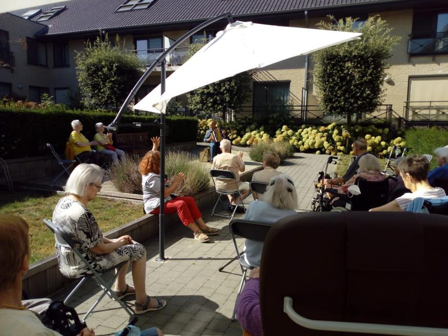 Gezellig samenzijn in de tuin met accordeon muziek © Zorgcentrum Onze Lieve Vrouw