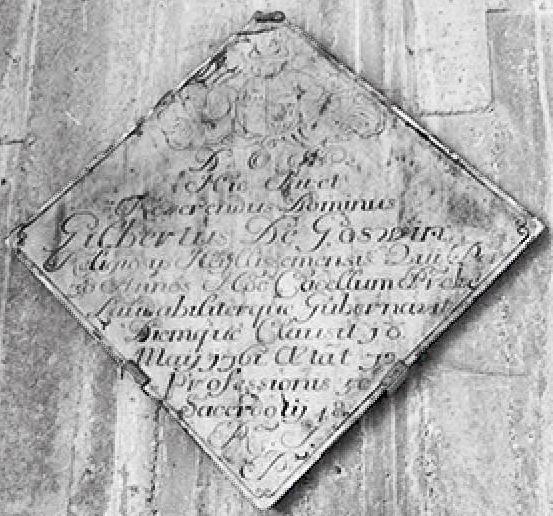 Hier ligt Eerwaarde Heer Gilbert De Goswin, religieus die gedurende 38 jaren deze kapel goed en met eer heeft beheerd. Hij stierf op 18 mei 1761, 72 jaren oud, 50 jaar professie, 48 jaar priester.