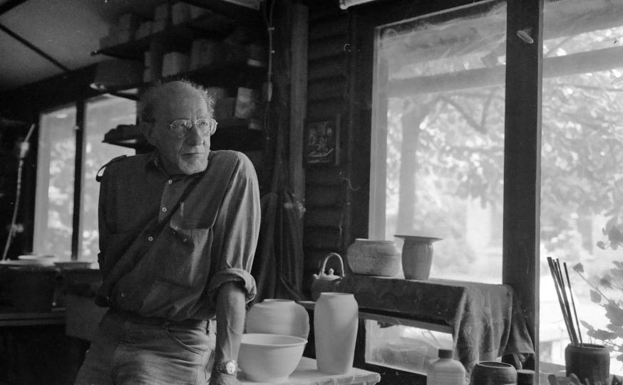 Een zelfgenomen portret van Guido Haazen in zijn keramiekatelier. © Wiki / Fotokollektief Kritika - OTRS