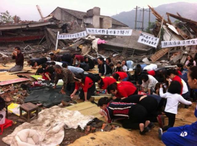 Gelovigen verzetten zich tegen de ontruiming van een kerk in Henan © Asianews