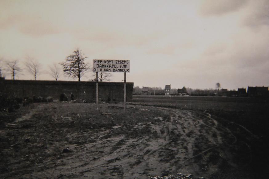 Dit bord toont waar de Dankkapel gebouwd zou worden.