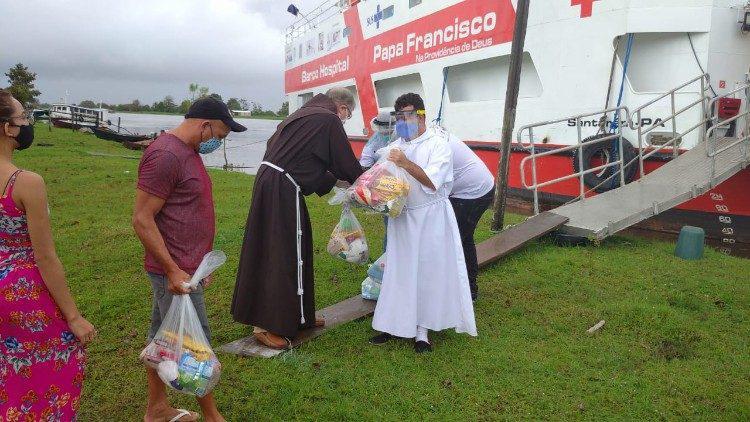 Bisschop Bernardo Bahlmann verdeelt medische apparatuur die door het hospitaalschip 'Paus Franciscus' en zijn bemanning via de Amazone is gebracht © VaticanMedia