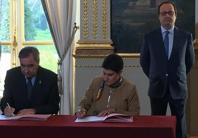 François Hollande kijkt toe terwijl François Clavairoly van de Franse protestanten en Valérie Régnier van de gemeenschap van Sant'Egidio de overeenkomst ondertekenen © rights reserved