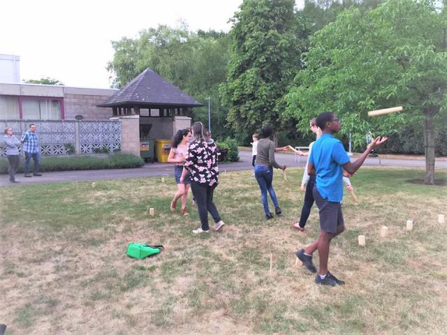 We speelden Kubb op het grasveldje, tijdens het IJD Feest