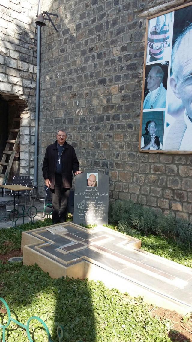 Bij het graf van pater Frans van der Lugt © Bisdom Antwerpen