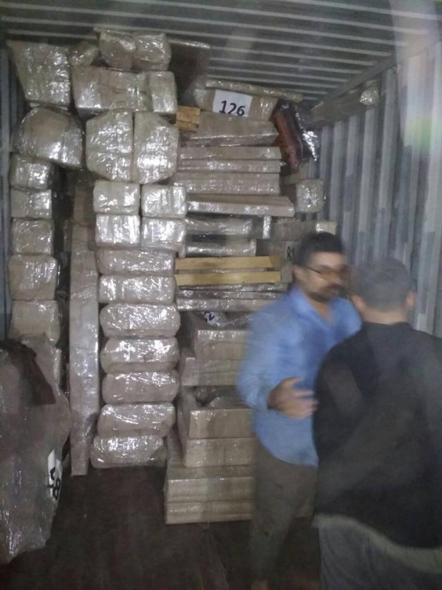 De container wordt in Egypte geladen