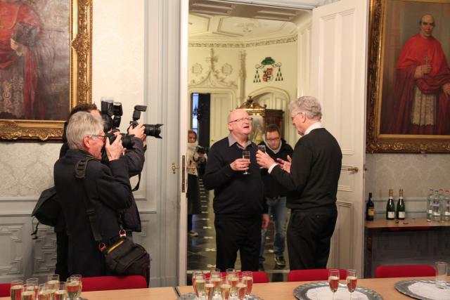 Uittredend bisschop mgr Luc Van Looy verwelkomt zijn opvolger mgr Lode Van Hecke © Bisdom Gent, foto: Ellen Eeckhout