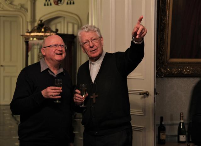 Mgr Van Hecke en mgr Van Looy heffen samen het glas op een nieuwe pagina in de Gentse kerkgeschiedenis. © Bisdom Gent, foto: Ellen Eeckhout