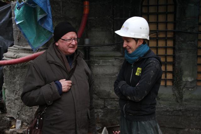 Mgr Lode Van Hecke bezoekt de bouwwerken aan de Sint-Baafskathedraal en neemt de tijd om iedereen te ontmoeten. © Bisdom Gent, foto: Ellen Eeckhout