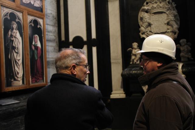 Rector Ludo Collin aanschouwt samen met de nieuwe bisschop een replica van het Lam Godsretabel. © Bisdom Gent, foto: Ellen Eeckhout