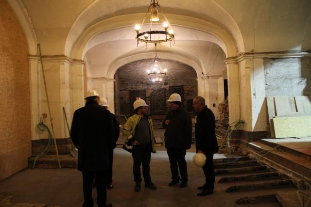 Mgr Lode Van Hecke bezoekt de crypte van de Sint-Baafskathedraal. © Bisdom Gent, foto: Ellen Eeckhout