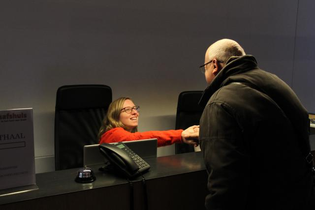 Mgr Lode Van Hecke maakt kennis met de medewerkers in het Sint-Baafshuis. © Bisdom Gent, foto: Ellen Eeckhout