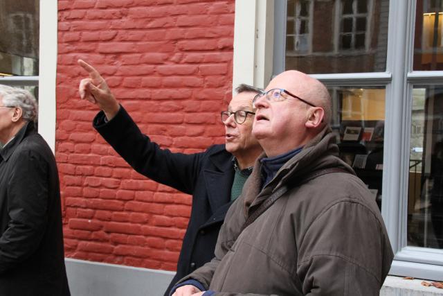 Rector Ludo Collin informeert mgr Lode Van Hecke over de geschiedenis van en de bouwwerken aan het Sint-Baafshuis. © Bisdom Gent, foto: Ellen Eeckhout