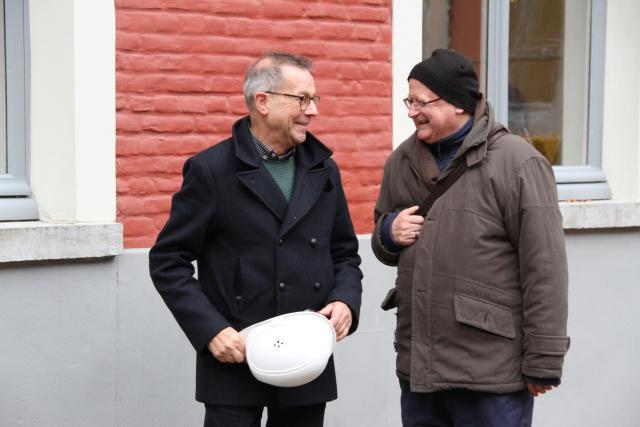 Rector Ludo Collin leidt mgr Lode Van Hecke rond in het Sint-Baafshuis. © Bisdom Gent, foto: Ellen Eeckhout