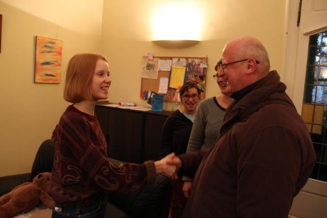 Bisschop Lode maakt kennis met vrijwilligster Paula uit Duitsland. © Bisdom Gent, foto: Ellen Eeckhout