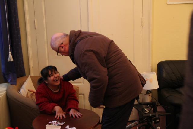 Bisschop Lode ontmoet Nikola, een van de bewoners van de Ark Gent. © Bisdom Gent, foto: Ellen Eeckhout