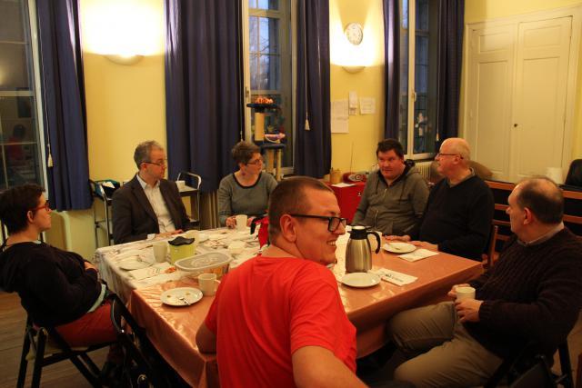 Bisschop Lode werd verwelkomd met een prachtig gedekte tafel en een overheerlijk stukje taart. © Bisdom Gent, foto: Ellen Eeckhout