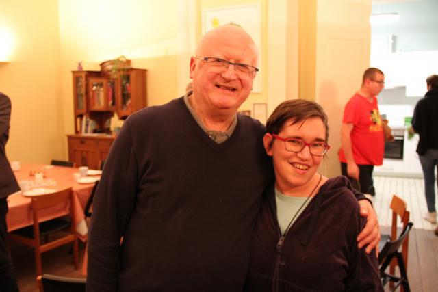 Bisschop Lode met bewoner Sarah. © Bisdom Gent, foto: Ellen Eeckhout