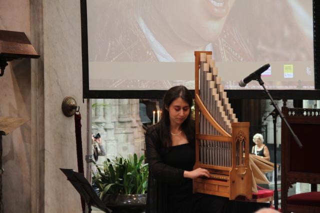 Catalina Vicens op een kopie van een laatmiddeleeuws orgeltje © Bisdom Gent, foto: Ellen Eeckhout