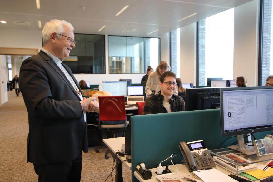 Mgr. Hoogmartens bezoekt samen met enkele medewerkers de redacties van TV Limburg en Het Belang van Limburg. © Jente Vandewijer