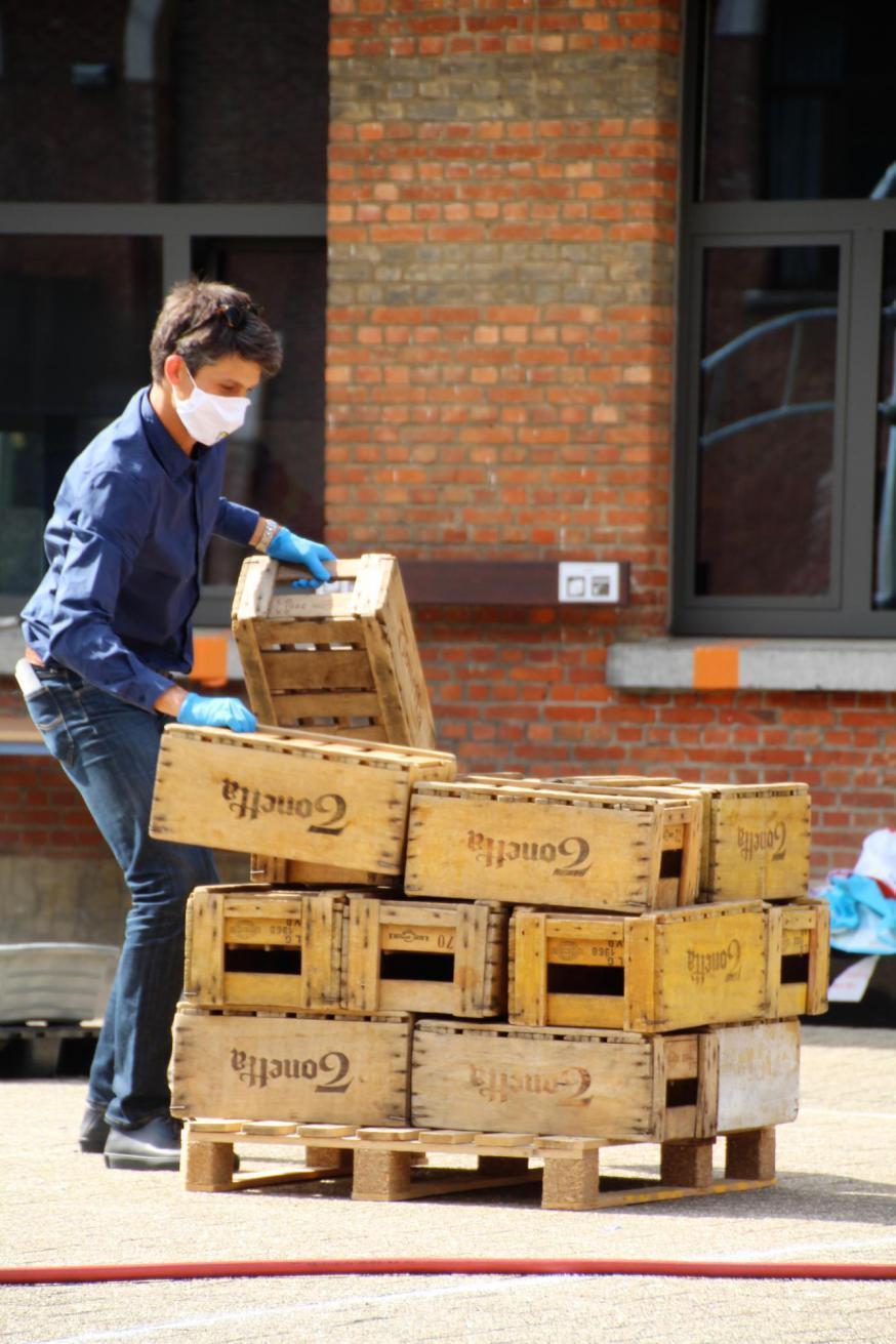 Eén van de challenges: bakjes stapelen © IJD Vlaams-Brabant & Mechelen