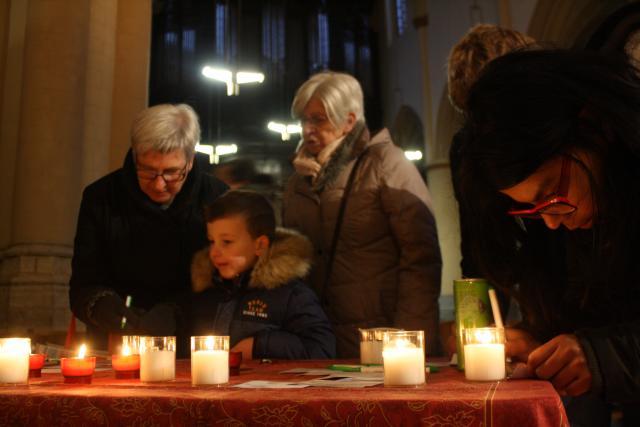 Tijdens 'Light a Candle' brandden er tweeduizend kaarsjes in de Sint-Quintinuskathedraal.