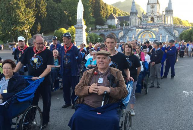 Jongeren bouwen tijdens de bedevaart Liefdevol Lourdes een bijzondere band op met de zorgbehoevende bedevaarders.