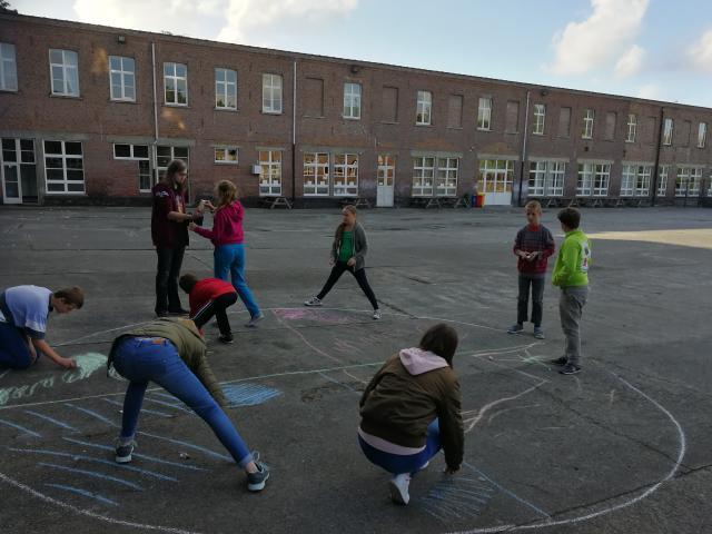 De jongsten spelen een spel ronde de jongerensynode © IJD Gent, foto: Isolde Ruelens