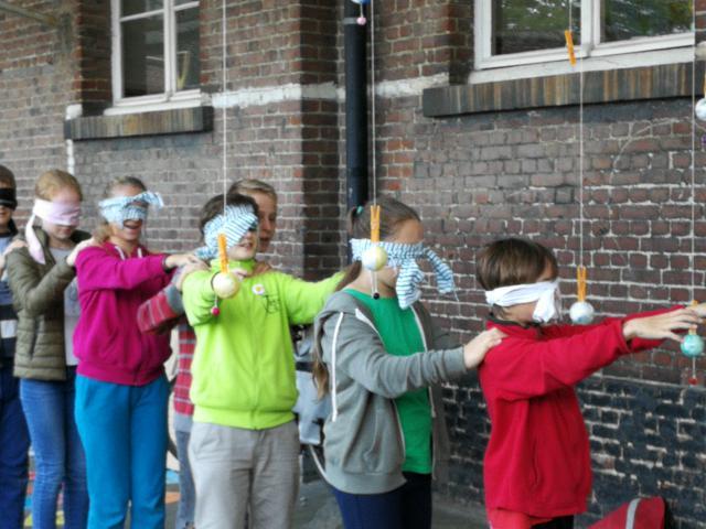 De jongsten spelen een spel rond de jongerensynode © IJD Gent, foto: Isolde Ruelens