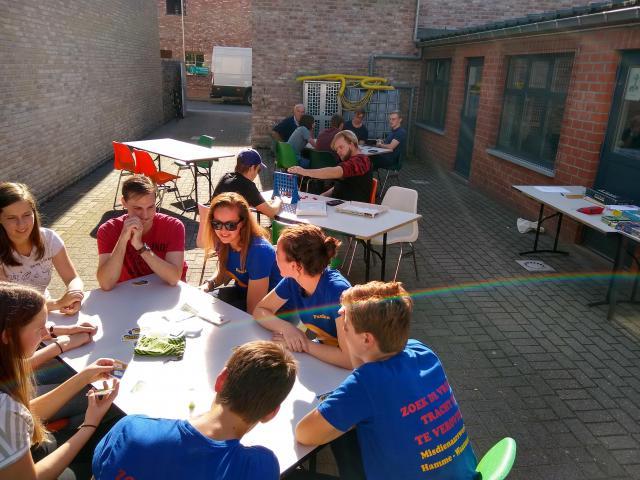 Vriendschapsbanden opfrissen met enkele gezelschapsspelletjes. © Misdienaarswerking Moerzeke-Hamme, Hildegard Famaey