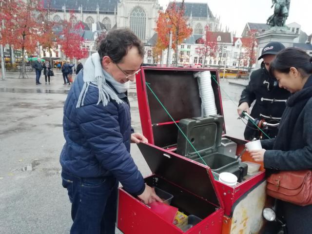 Edmond met de bakfiets op weg om daklozen soep en een gesprekje aan te bieden.