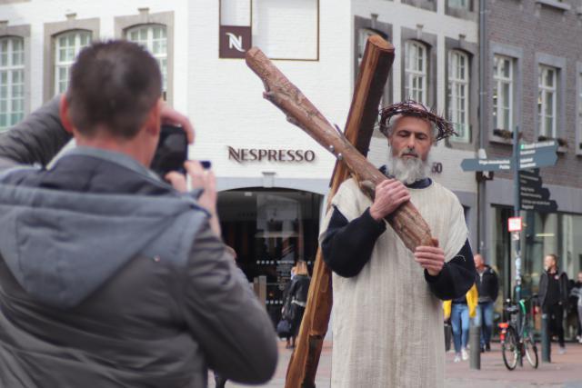 Vele voorbijgangers op de Grote Markt werden getroffen door de serene Christus. © Persdienst bisdom Hasselt