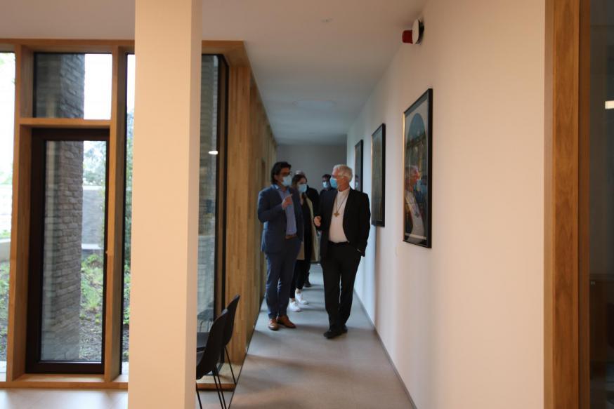 Mgr. Hoogmartens en gedeputeerde Igor Philtjens in het nieuwe kantoorgebouw. © Jente Vandewijer