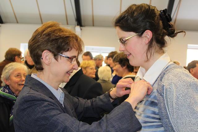 dank je wel Hilde dat je mijn kruisje rechthangt © Kerknet, foto: Lieve Wouters
