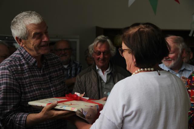 Trees Lavens (CCV in het bisdom Brugge) overhandigt René een geschenk. © Liselotte Anckaert
