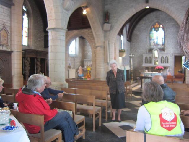 deskundige uitleg in het kerkje van St Brixius Rode