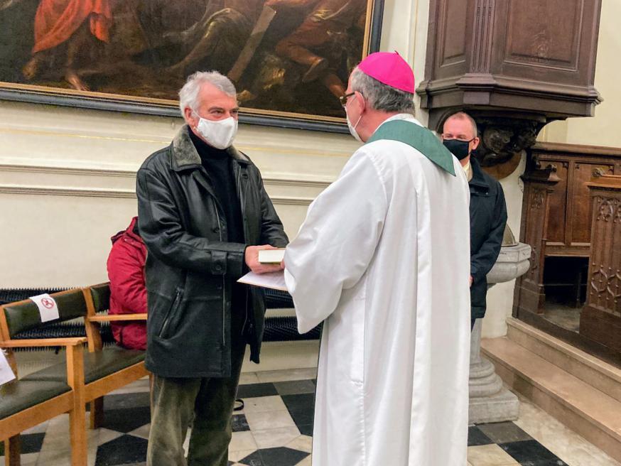 Hulpbisschop Vanhoutte overhandigt de Bijbel en aanstellingsbrief aan Marc. © An Mollemans