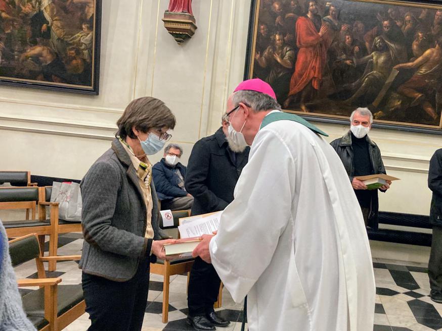 Hulpbisschop Vanhoutte overhandigt de Bijbel en aanstellingsbrief aan Marie-Anne. © An Mollemans