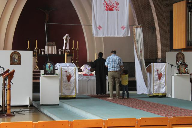 Het begin van de dienst. De priester en de misdienaar heeft nog geen liturgisch gewaad aan. © JvR